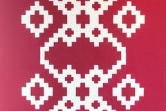 Pared roja con las casillas blancas Fotografía de archivo libre de regalías