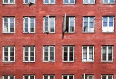 Pared roja con las ventanas en Copenhague Imagen de archivo