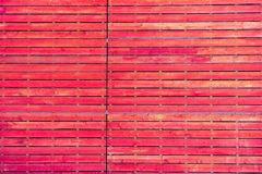 Pared roja de madera vieja y rasguñada Fotos de archivo libres de regalías