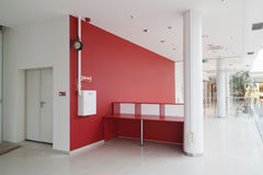 Pared roja en la oficina moderna Fotografía de archivo