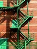 Pared roja, escaleras verdes Imagen de archivo libre de regalías