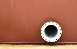 Pared roja, tubo del metal en la pared Foto de archivo