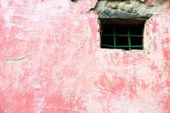 Pared rosada con la ventana Imagen de archivo libre de regalías
