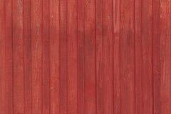 Pared rural de madera fuera de la casa roja en Escandinavia Textura del fondo fotografía de archivo libre de regalías