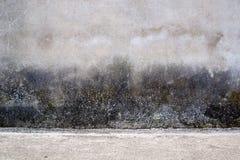 Pared texturizada gris con las manchas de óxido oscuras Foto de archivo