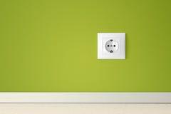 Pared verde con el enchufe eléctrico europeo Imagen de archivo