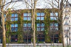 Pared verde del museo de Quai Branly en París Imágenes de archivo libres de regalías