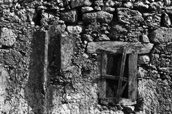 Pared vieja con la ventana Imagenes de archivo