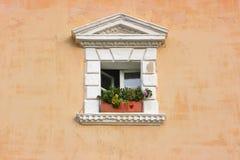 Pared vieja con la ventana Fotos de archivo libres de regalías