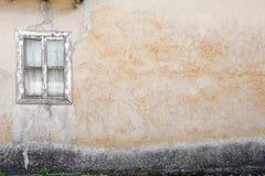 Pared vieja con las ventanas Imagen de archivo libre de regalías
