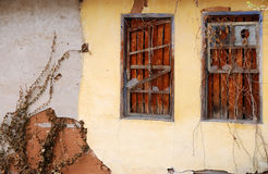 Pared vieja con las ventanas de madera imagen de archivo libre de regalías