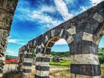 Pared vieja con los arcos en la yarda de Saccargia Imagenes de archivo