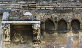 Pared vieja con los ladrillos y los arcos fotografía de archivo