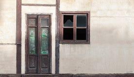 Pared vieja de la casa con la puerta y la ventana de madera Fotos de archivo
