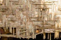 Pared vieja de la casa hecha de pedazos de bambú foto de archivo