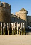 Pared vieja de la fortaleza y estacas de madera en el Santo-Malo Fotografía de archivo libre de regalías