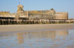 Pared vieja de la fortaleza y estacas de madera en el Santo-Malo Imagen de archivo