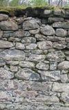 Pared vieja de la fundación de la roca con el musgo Imagen de archivo