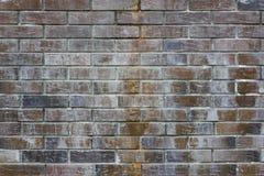 pared vieja de los ladrillos rojo oscuro y de la terracota marrones con daños, rasguños y puntos ligeros del cemento Textura de l foto de archivo libre de regalías