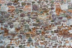 Pared vieja del castillo medieval hecha de ladrillos rojos y de piedra Imágenes de archivo libres de regalías