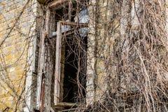 Pared vieja del edificio con el vidrio de ventanas roto sucio imagen de archivo libre de regalías