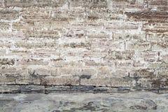 Pared vieja hecha de bloques de cemento y de asfalto Foto de archivo libre de regalías