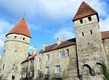 Pared vieja poderosa de la ciudad con las torres defensivas impresionantes Imagenes de archivo