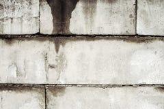 Pared vieja sucia de los bloques de cemento Foto de archivo