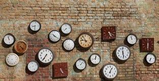 Pared vieja, y reloj de la calle en una pared de ladrillo Fondo Foto de archivo