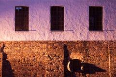 Pared violeta con tres ventanas Foto de archivo