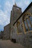 Pared y aguja de la iglesia Foto de archivo