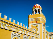 Pared y alminar amarillos adornados en Melilla Imagen de archivo libre de regalías