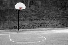 Pared y asfalto urbanos del centro de la ciudad del centro urbano del aro de baloncesto en o foto de archivo