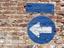 Pared y flecha Foto de archivo