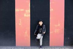 Pared y niño pequeño texturizados Grunge de la moda Fotos de archivo libres de regalías