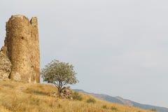 Pared y parte de una torre de una fortaleza Imagen de archivo