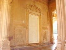 Pared y puerta adornadas en cenotafios de Gaitore, Jaipur, Rajasthán, la India Imagenes de archivo