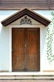 Pared y puerta con la decoración Foto de archivo