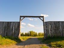 Pared y puerta de madera de un fuerte viejo fotos de archivo