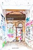 Pared y puerta urbanas por completo de la pintada en Berlín, Alemania Imagen de archivo