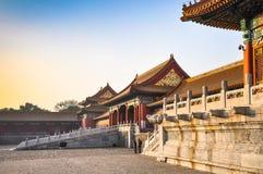 Pared y puertas internas en el palacio imperial en Pekín foto de archivo