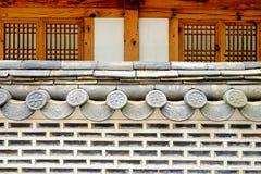 Pared y tejado coreanos tradicionales del estilo fotos de archivo