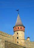 Pared y torre del castillo Fortalecimiento medieval Fotografía de archivo