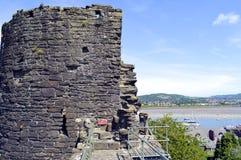 Pared y torre históricas de la ciudad en Conwy foto de archivo libre de regalías