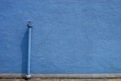 Pared y tubo azules Foto de archivo libre de regalías