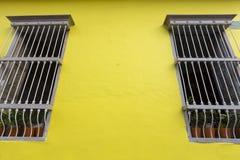 Pared y ventana coloreadas, arquitectura colonial en Cali Foto de archivo libre de regalías