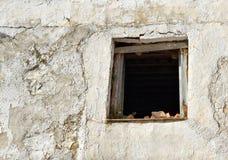 Pared y ventana de la casa abandonada Foto de archivo