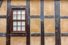 Pared y ventana Mitad-enmaderadas Fotografía de archivo libre de regalías