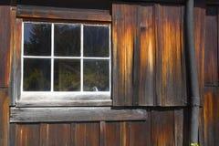 Pared y ventana rústicas de la cabina Fotografía de archivo libre de regalías