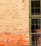 Pared y ventana tricoloras viejas Imagen de archivo
